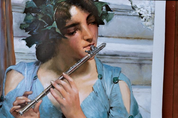 The woman who playing flute
